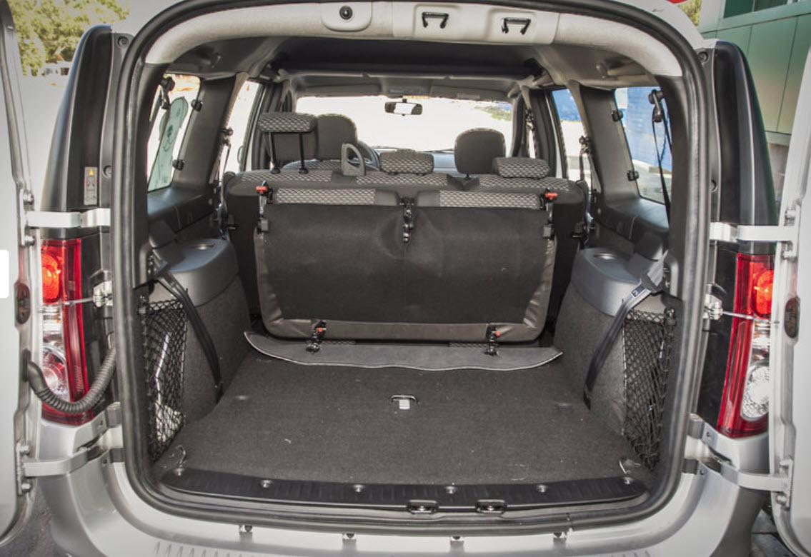 В багажнике, с каждой стороны имеются различные ниши и карманы