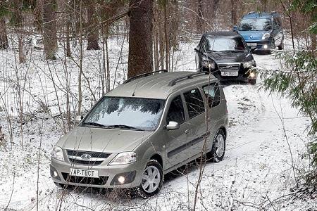 Лада Ларгус на зимней грунтовой дороге