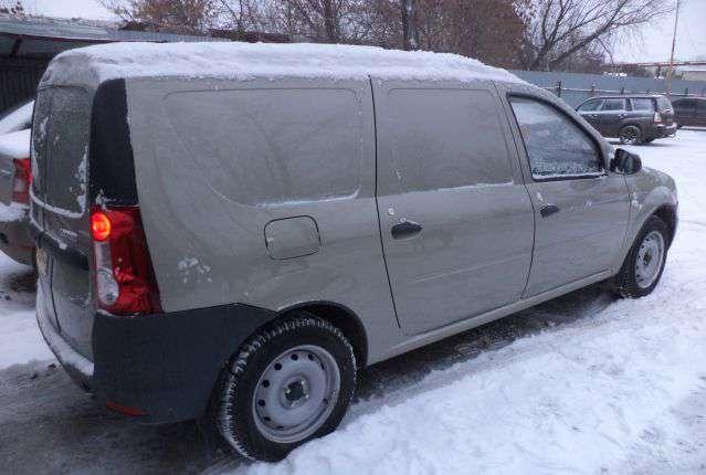 Грузовой Ларгус в снегу